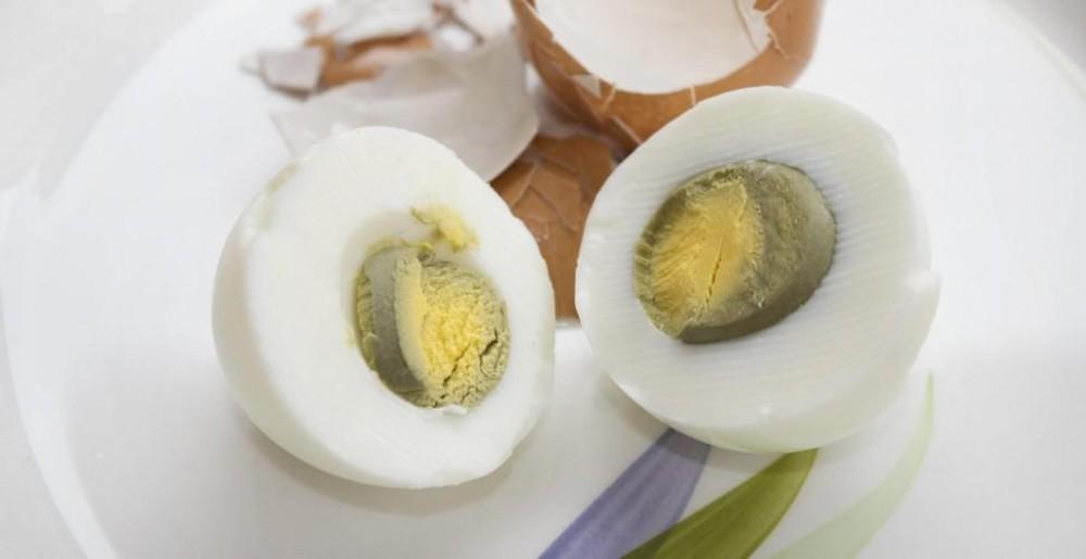 De ce gălbenușul oului fiert devine verde. Explicația e simplă