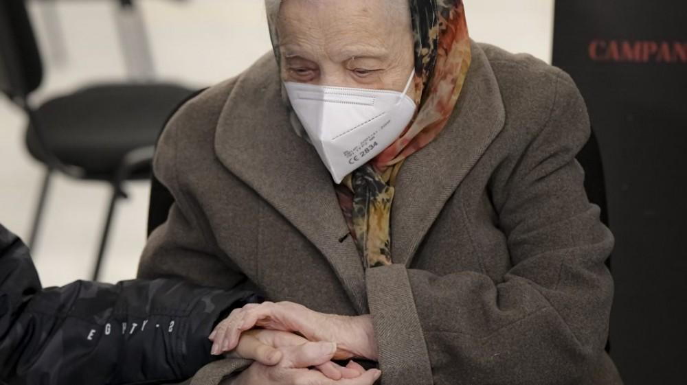O femeie a furat vaccinul bătrânei pe care o îngrijea. Cum a păcălit personalul medical