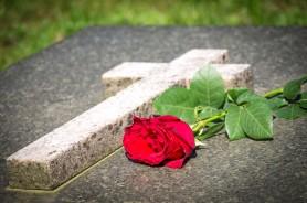 O femeie a organizat o înmormântare falsă pentru fostul ei iubit, pentru ca amanta să creadă că a murit
