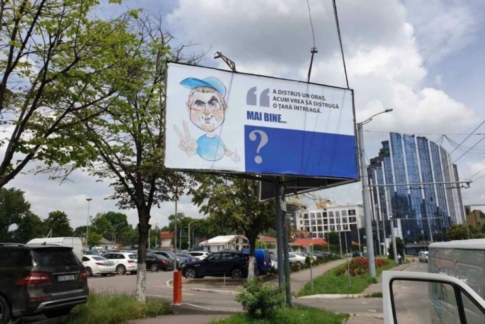 """FOTO // Usatîi protagonistul unor caricaturi afișate pe panourile din Chișinău: """"A distrus un oraș. Acum vrea să distrugă o țară întreagă"""""""
