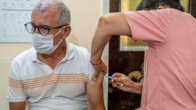 Studiu // Unii pacienți vârstnici încă se îmbolnăvesc de Covid în ciuda vaccinurilor